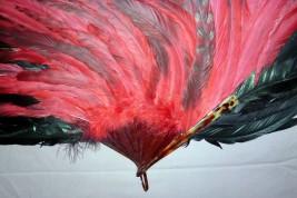 Avec panache, éventail en plume de coq, XXème siècle