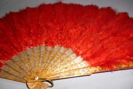 Rouge, éventail en plumes fin XIXème siècle