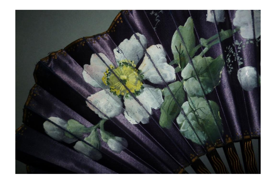 Eglantines roses, fan circa 1900