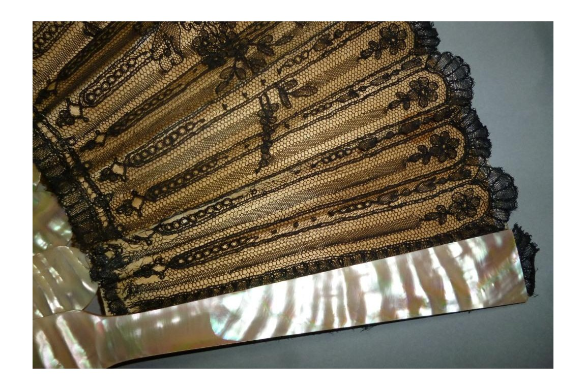Flowered lace, 19th century fan