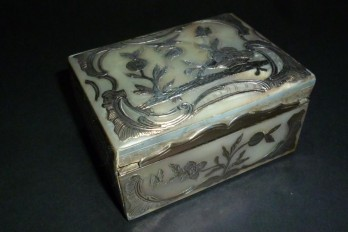 Mother of pearl snuffbox, 18th century