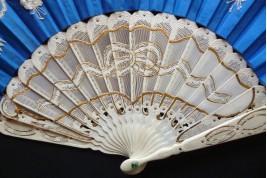 Noeud bleu, éventail vers 1870