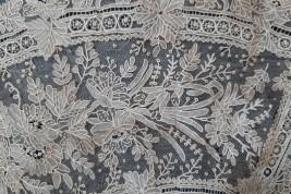 Fleurs d'été, feuille en dentelle en Point de Gaze (3), éventail vers 1860