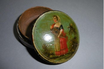 The hurdy-gurdy player, bergamot snuffbox, circa 1800