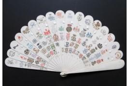 Blasons et monogrammes, éventail fin XIXème siècle