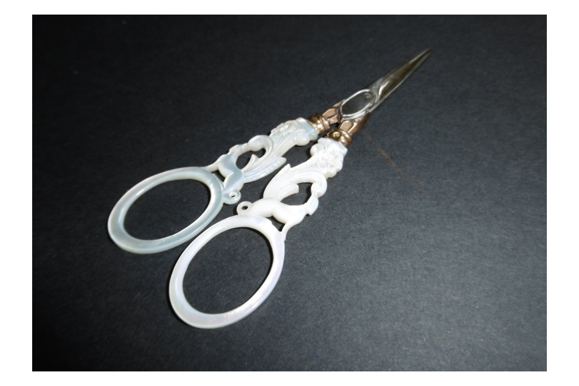 Mother-of-pearl and gold embroidery scissors, 1809-1819